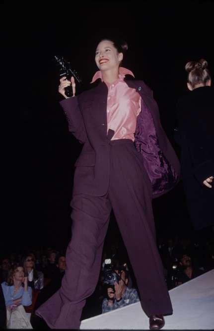 Terminé les filles sages et les défilés à l'équerre. Sur les podiums, les mannequins assurent le show, comme Christy Turlington en 1990.
