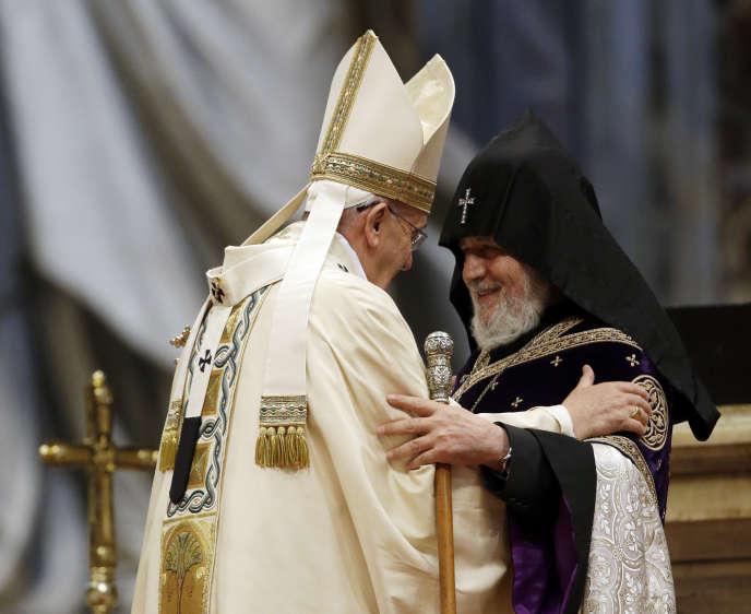 Le pape François et le catholicos Karékine II, à la Basilique Saint-Pierre-de-Rome, en avril 2015.