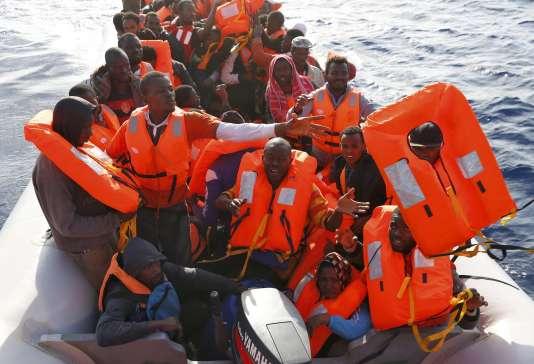 Des migrants secourus jeudi en mer Méditerranée.