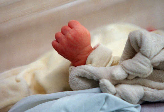 Un nouveau-né, Tom, ferme son poing dans son berceau durant son sommeil, le 5 juin 2001 au service maternité de l'hôpital franco-britannique de Levallois-Perret.