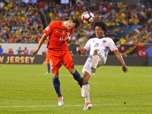 Le milieu de terrain chilienJose Pedro Fuenzalida (en rouge), contre la Colombie mercredi soir.