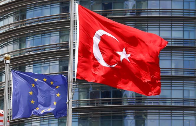 Un drapeau de la Turquie et de l'Union européen devant un hôtel stambouliote, le4mai2016.