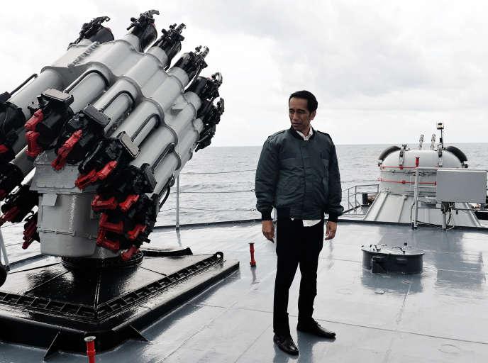 Le président Joko Widodo sur un navire de la marine indonésienne jeudi 23 juin.