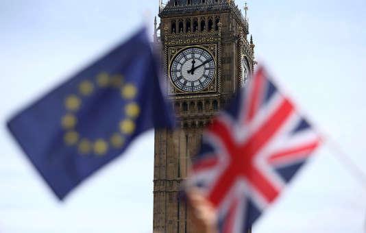 Les drapeaux britanniques et européens devant Big Ben, à Londres, lors d'un rassemblement proeuropéen, le 19juin 2016.
