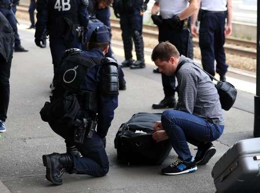 Fouille de sécurité, gare du Nord, à Paris, le 16 juin.