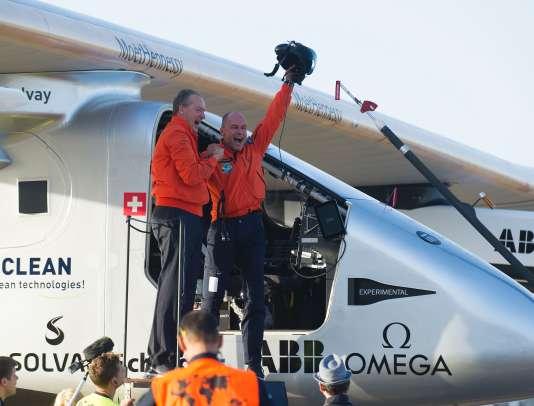 André Borschberg et Bertrand Piccard à l'arrivée du Solar Impulse à Séville, le 23 juin 2016.