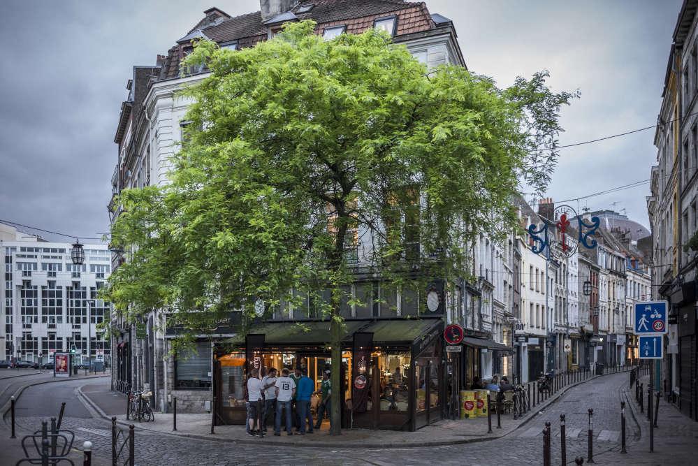 Le 12 juin 2016 à Lille. Pendant le match Allemagne-Ukraine qui se joue non loin de là au stade Pierre-Mauroy, le centre-ville s'est vidé et des supporteurs se retrouvent dans les quelques bars ouverts ce dimanche soir.