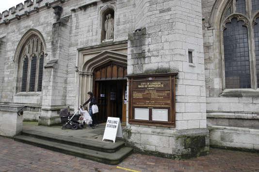 Devant un bureau de vote londonien installé dans une église, le 23 juin 2016.