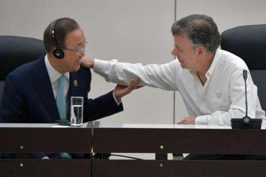 Le secrétaire général de l'ONU, Ban Ki-moon, et le président colombien, Juan Manuel Santos, lors de la signature de l'accord à La Havane, le 23 juin.