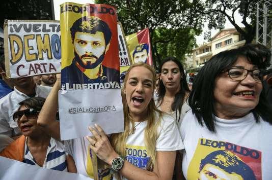 Lilian Tintori (au centre), l'épouse du chef de l'oppositionvénézuélienne emprisonné, Leopoldo Lopez, lors d'une manifestationdevant le siège de l'Organisation des Etats américains (OEA), à Caracas, le 23juin.