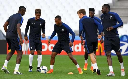 Patrice Evra, au milieu de ses jeunes coéquipiers, à Marseille, le 14 juin.