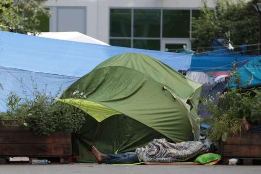 Un camp de migrants s'est reconsituté, près de la Halle Pajol,place Nathalie-Sarraute,à Paris, le 23 juin.
