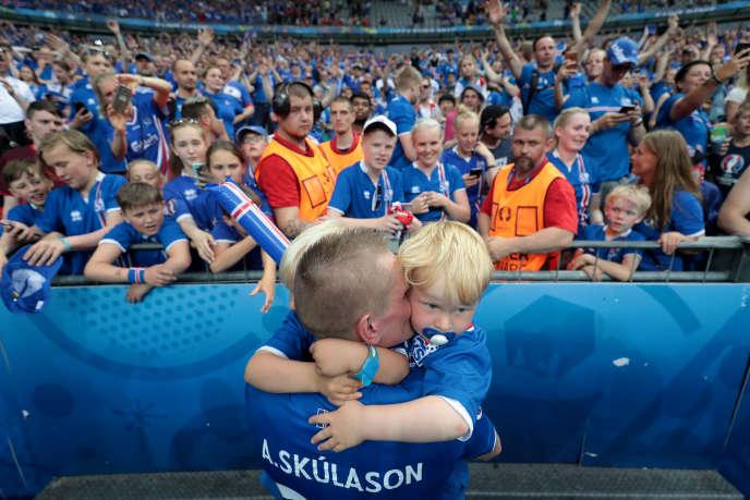 Le défenseur Ari Skulason célèbre la qualification historique de son équipe, le22juin2016.