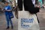 Cameron«aura à faire face à une véritable crise constitutionnelle interne, avec l'exigence par la première ministre écossaise, Nicola Sturgeon, d'un nouveau référendum sur l'indépendance de l'Ecosse qui, comme prévu par les sondages, a voté en faveur du maintien du Royaume-Uni au sein de l'UE».