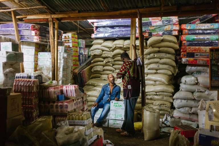 Mesfin Getahun, dit « le millionnaire », tient un imposant commerce de gros dans le camp de réfugiés de Kakuma, dans le nord-ouest du Kenya. Originaire d'Ethiopie, Il emploie une trentaine de travailleurs, tant des réfugiés que des Kenyans issus de la tribu locale des Turkanas.