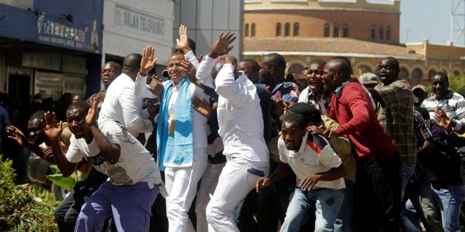Moïse Katumbi et ses partisans refoulés par la police qui a fait usage de grenades lacrymogènes, devant le palais de justice de Lubumbashi, la capitale du Katanga, le 13 mai 2016.