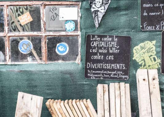 """Notre Dame Des Landes le 22 juin 2016. Au cœur de la ZAD sur la D281 avec ses barrages et """"checkpoints""""."""