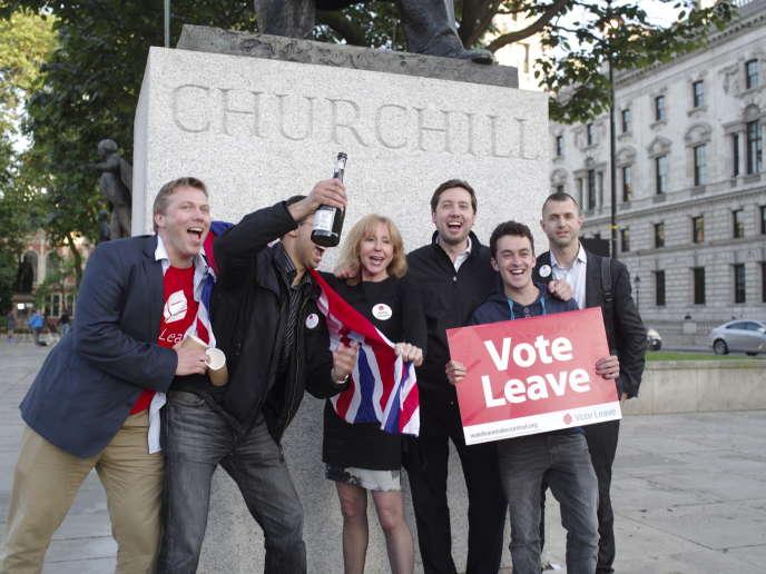 Des partisans du « Leave » célèbrent leur victoire à Parliament Square, à Londres, le 24 juin.