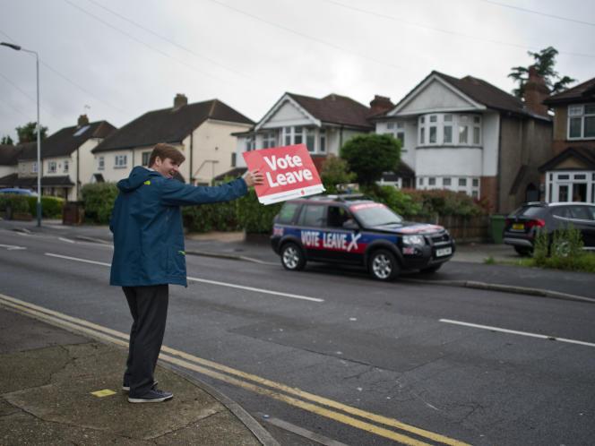 Des partisans du« Leave», à Romford, dans la banlieue est de Londres, le 23 juin.