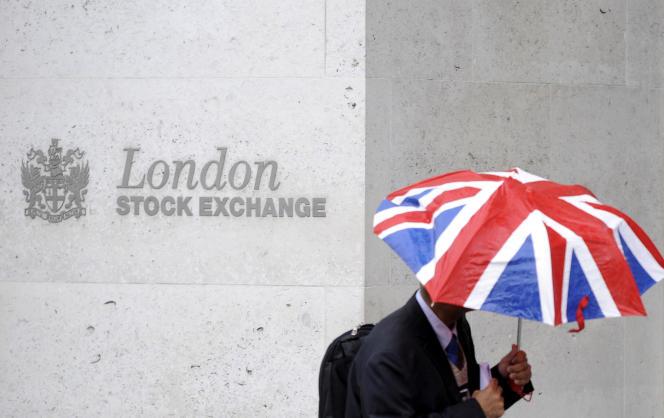 Devant le London Stock Exchange, la Bourse de Londres.