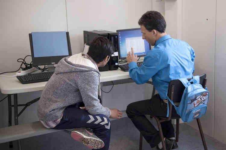 « Le langage informatique permet, parfois, de dépasser les barrières de la langue, en particulier avec les adolescents », fait valoir Sylvain Belart. Cet enseignant chevronné aime alterner guitare et rétroprojecteur, chant et nouvelles technologies.