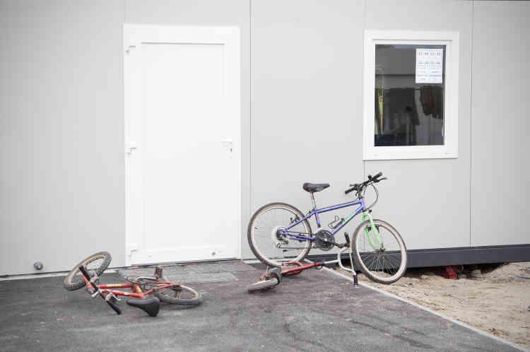 C'est à vélo ou en trottinette que certains enfants se déplacent au sein d'un périmètre très surveillé, se jouant des grillages comme des postes de sécurité.