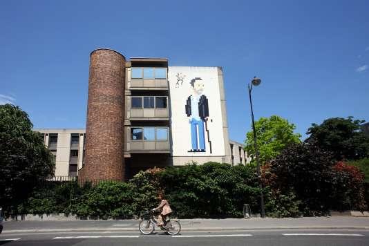 Le street artiste parisien Invader a réalisé, jeudi 23 juin, une mosaïque géante à l'effigie du célèbre médecin de la série télévisée américaine.