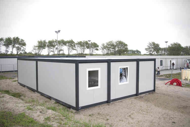 Les deux classes ont ouvert dans des sortes de containers rectangulaires en préfabriqué: les mêmes qui, au centre d'accueil Jules-Ferry, offrent un toit aux femmes et aux enfants.