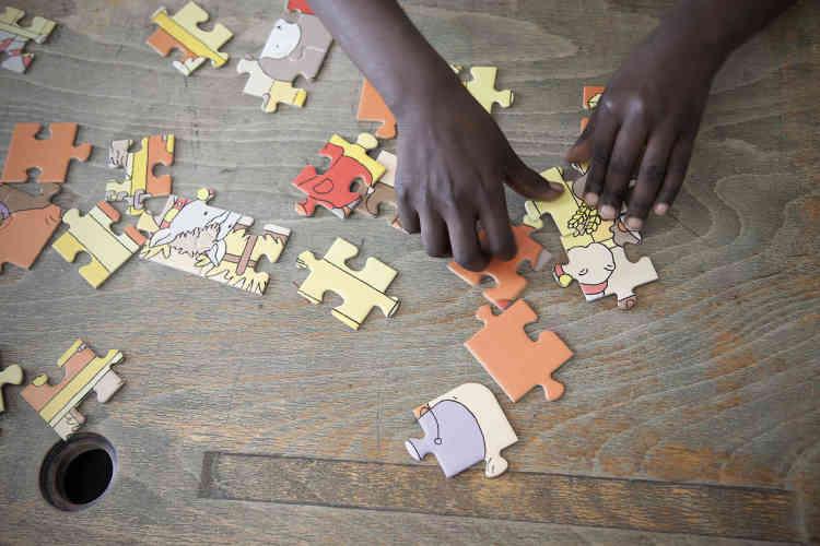 Le puzzle a sa place dans la classe réservée aux plus petits du centre Jules-Ferry. Il leur offre un temps de concentration et de respiration, pendant que les plus grands sont installés devant des ordinateurs ou attelés à une tache plus «scolaire».