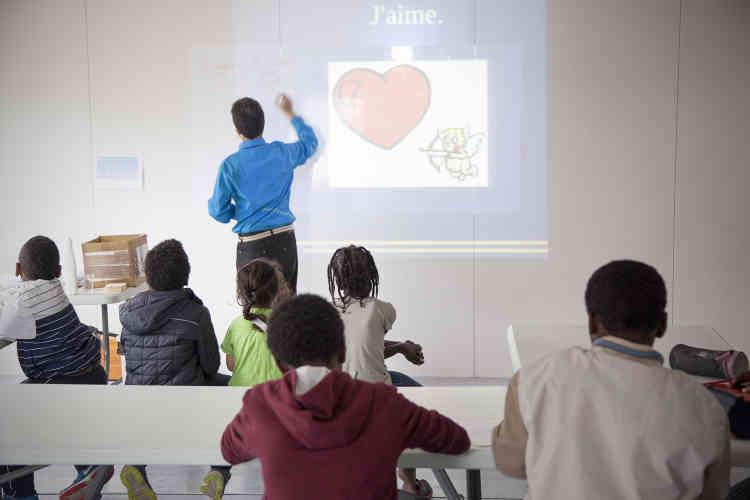 Equipé d'un rétroprojecteur, Sylvain Belart projette au mur des images colorées – un fruit, un légume, une sucrerie… Ses élèves doivent nommer l'objet, le décrire, préciser s'« ils aiment » ou n'« aiment pas ».