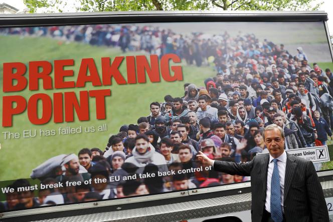 Nigel Farage, learder du Parti pour l'indépendance du Royaume-Uni, devant l'une de ses affiches de campagne.