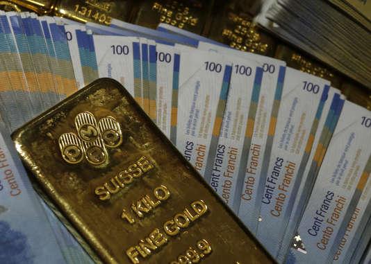 Lingots d'or et billets de banque suisses, le 13 novembre 2014.