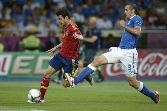 L'Espagnol Cesc Fabregas et l'Italien Giorgio Chiellini lors de la finale de l'Euro 2012 gagnée 4-0 par la« Roja». Les deux équipes se retrouveront en huitièmede finale, le 27 juin.