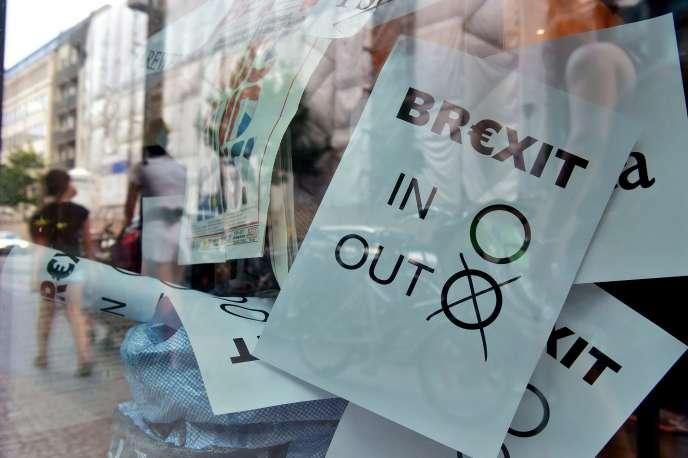 Un bulletin de vote exposée à la vitrine d'une librairie, àBerlin, le 24juin.