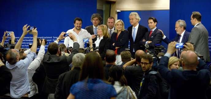 Marine Le Pen, présidente du Front national, avec ses alliés européens d'extrême-droite, en juin 2015 à Bruxelles.