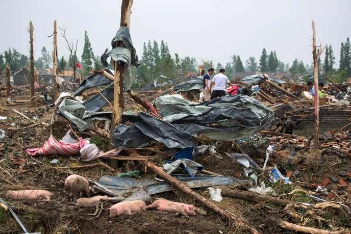 Des habitants dans les décombres de leurs maisons, à Funing (Chine), le 24 juin, après le passage de la tornade qui a tué 98 personnes.