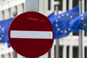 Le drapeau européen flotte à Bruxelles devant le Parlement.