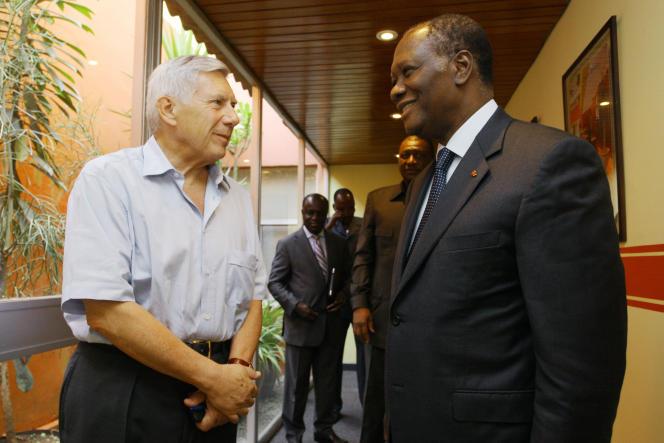 L'ambassadeur de France en Côte d'Ivoire Jean-Marc SImon avec le président ivoirien Alassane Ouattara, le 7 avril 2011, à Abidjan.