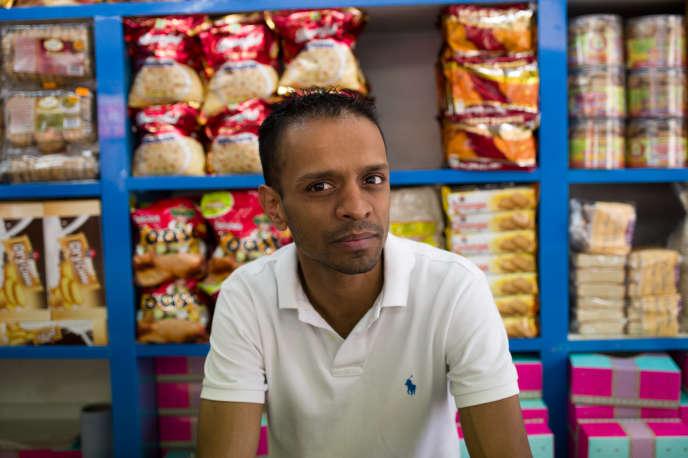 Ahmed Abdis dans son magasin de sucreries du quartier de Brick Lane, à Londres.