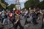 Des personnes défilent place de la Bastille et le long du port de l'Arsenal à Paris, le 23 juin 2016, contre la loi Travail. La manifestation, fruit d'une âpre négociation entre les syndicats et le gouvernement, s'est déroulée dans le calme, sous haute surveillance policière.
