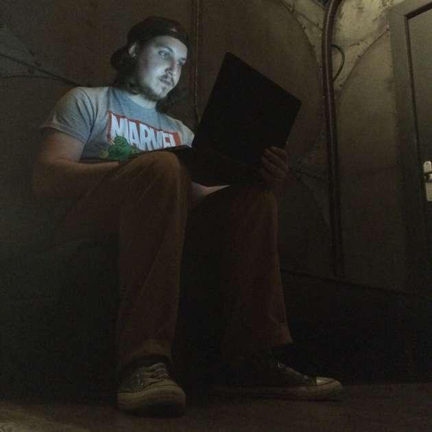 Pendant la partie, le maître du jeu supervise les joueurs depuis son ordinateur.