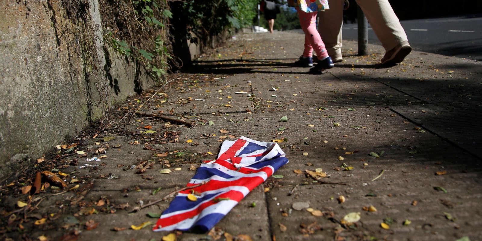 Un drapeau britannique jonche un trottoir d'une rue londonienne, vendredi 24 juin, au lendemain du référendum sur la sortie du pays de l'Union européenne.