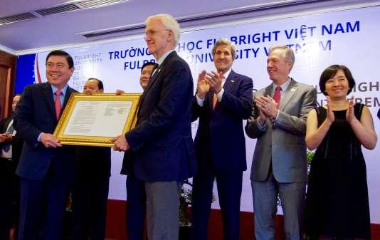 Bob Kerrey lors de la présentation de l'université Fulbright-Vietnam à Ho Chi Minh-Ville le 25 mai 2016.