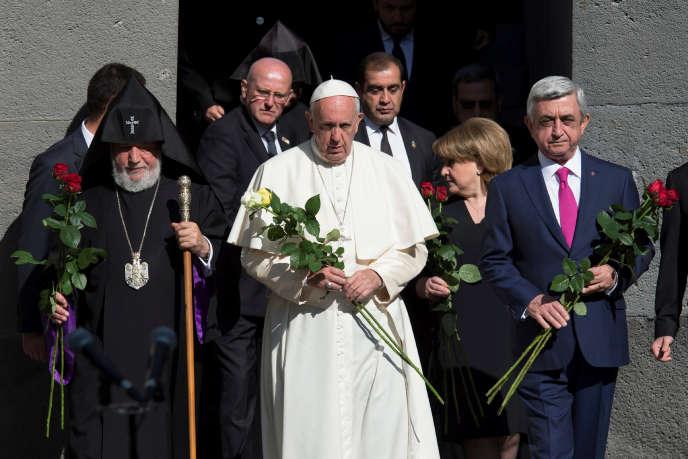 Le pape François, le chef de l'Eglise apostolique arménienne, Karekine II (à gauche), et le président arménien, Serge Sarkissian (à droite), arrivent au mémorial de Tzitzernakaberd pour y célébrer une cérémonie du souvenir, à Erevan, le 25 juin.