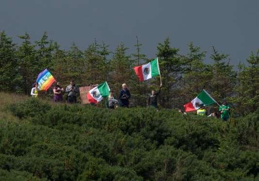 Les manifestants se sont postés sur une colline surplombant le Trump International Golf Links, avant l'arrivée du milliardaire américain.