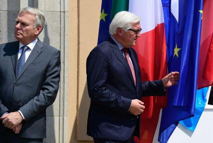 Jean-Marc Ayrault, ministre des affaires étrangères de la France(à gauche), et Frank-Walter Steinmeier,son homologue allemand, à Berlin, le 25juin.
