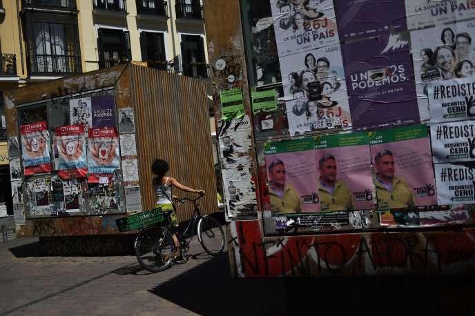 Des affiches de campagne électorale dans une rue de Madrid, le 24 juin.