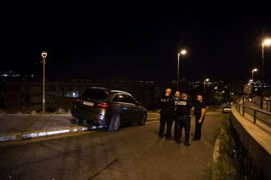 Des policiers bloquant l'accès à la scène de règlement de comptes, à Marseille, dans la nuit du vendredi 24 au samedi 25 juin.