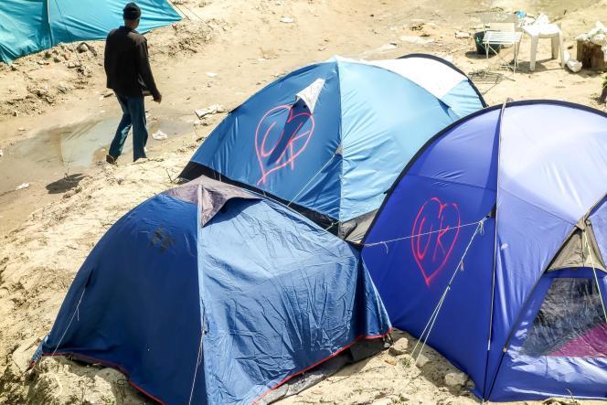 Les initials de United Kingdom écrites sur des tentes de migrants à Calais, le 24 juin.