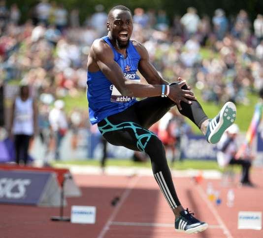Teddy Tamgho se prend le genou de douleur, le 25 juin, à Angers.